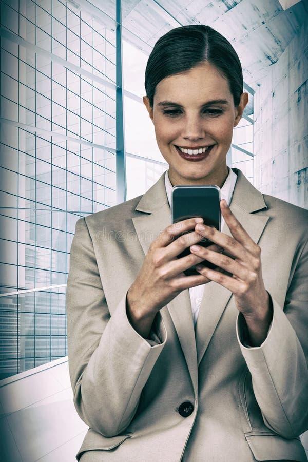 Złożony wizerunek uśmiechnięty bizneswoman używa telefon komórkowego fotografia royalty free