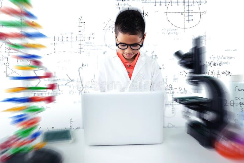 Złożony wizerunek uczniowski używa laptop przy biurkiem fotografia stock