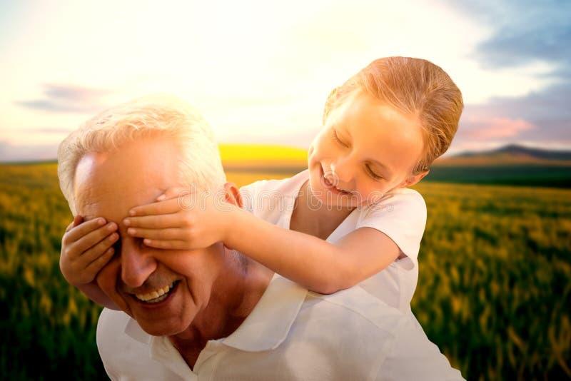 Złożony wizerunek uroczystego dziecka nakrywkowi dziady ono przygląda się zdjęcia royalty free