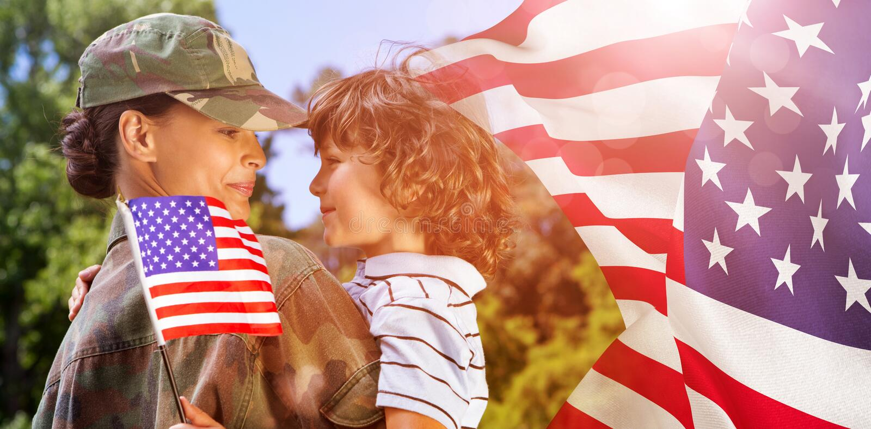 Złożony wizerunek wojsko kobiety przewożenia syn zdjęcia stock