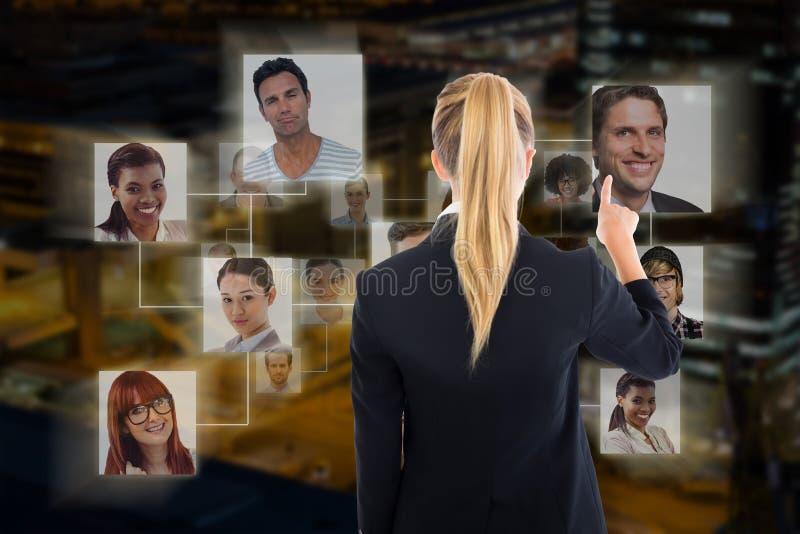 Złożony wizerunek wskazuje gdzieś biznesowa kobieta obraz royalty free