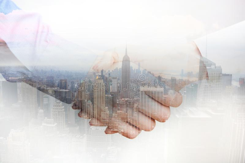 Złożony wizerunek z ludźmi biznesu trząść ręki i miasto drapacze chmur obraz royalty free
