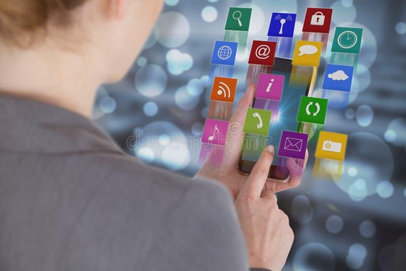 Złożony wizerunek zakończenie bizneswoman używa mobilnego phonev zdjęcia stock