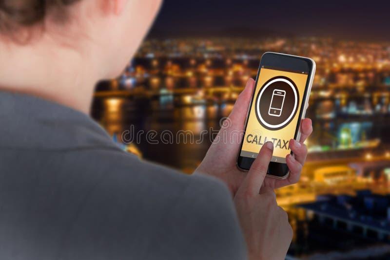 Złożony wizerunek zakończenie bizneswoman używa telefon komórkowego zdjęcia stock