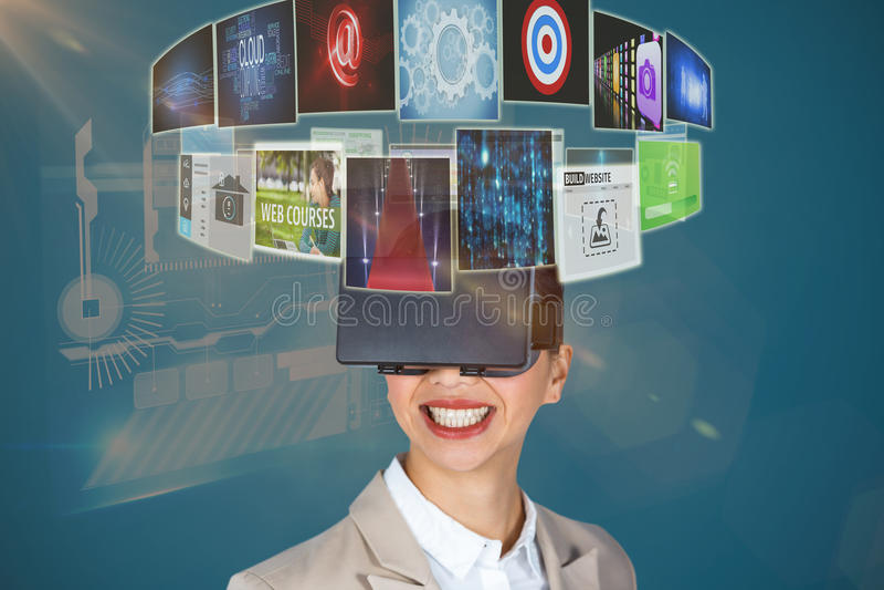 Złożony wizerunek zakończenie up uśmiechnięty bizneswoman jest ubranym wirtualnych wideo szkła 3d zdjęcia royalty free