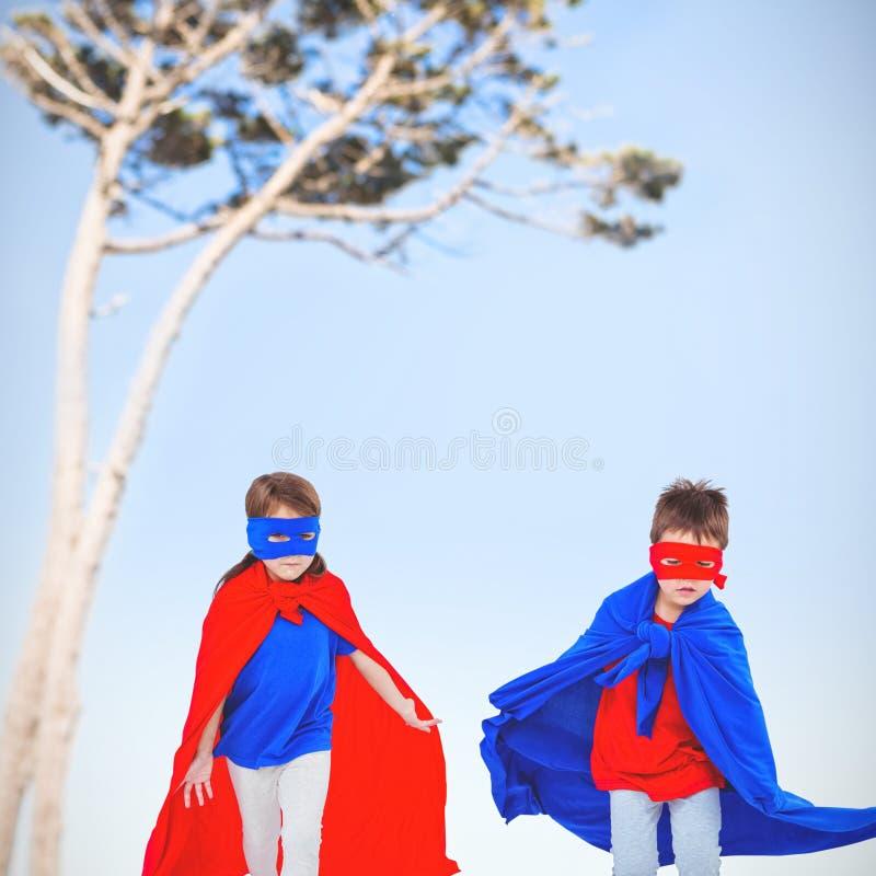 Złożony wizerunek zamaskowani dzieciaki biega udawać być bohaterami ilustracja wektor