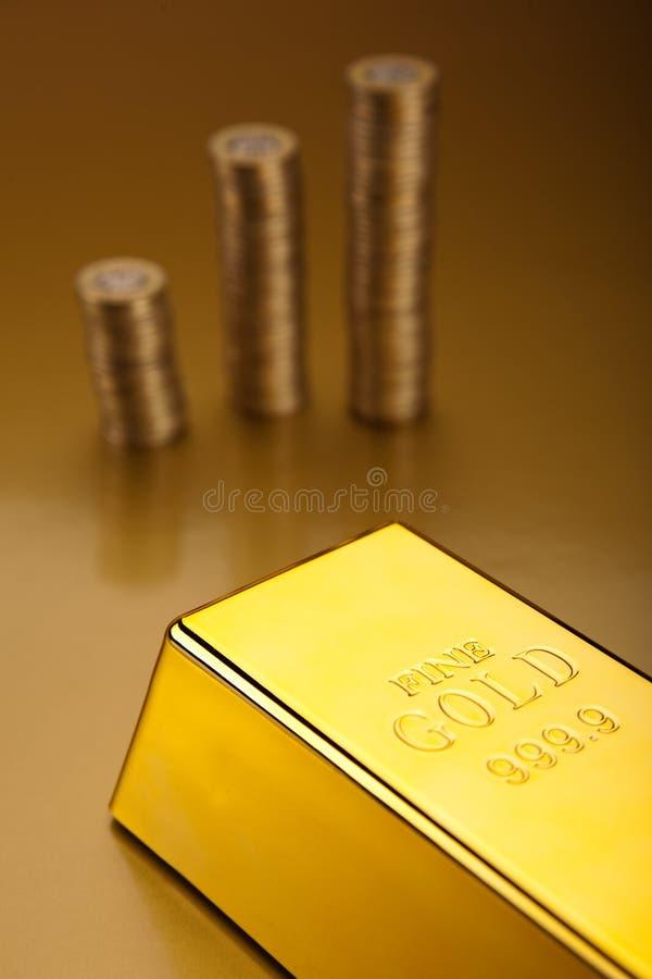Złociści bary i monety, nastrojowy pieniężny pojęcie zdjęcie royalty free