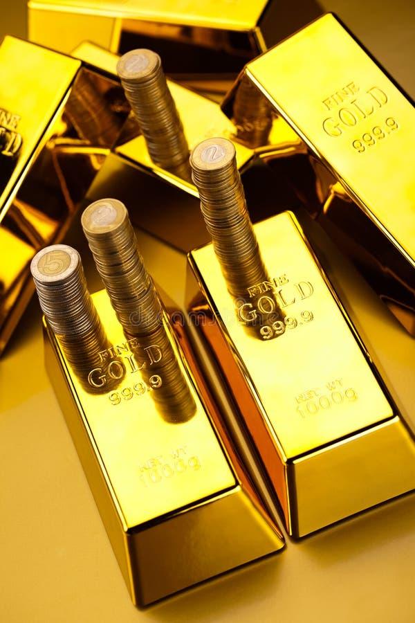 Złociści bary i monety, nastrojowy pieniężny pojęcie zdjęcia stock