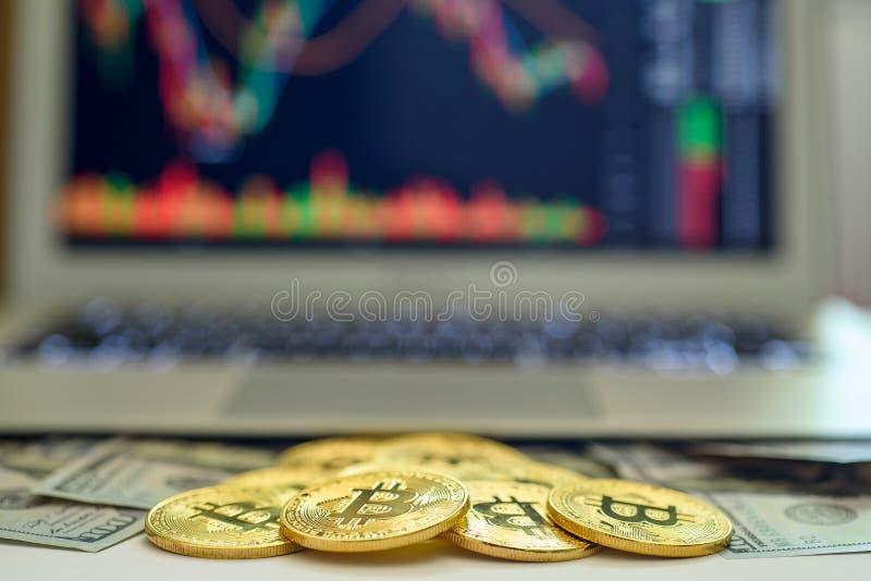 Złociści bitcoins i dolarowi rachunki pojawiać się od laptopu z giełdą papierów wartościowych nad sporządzają mapę na ekranie obraz stock
