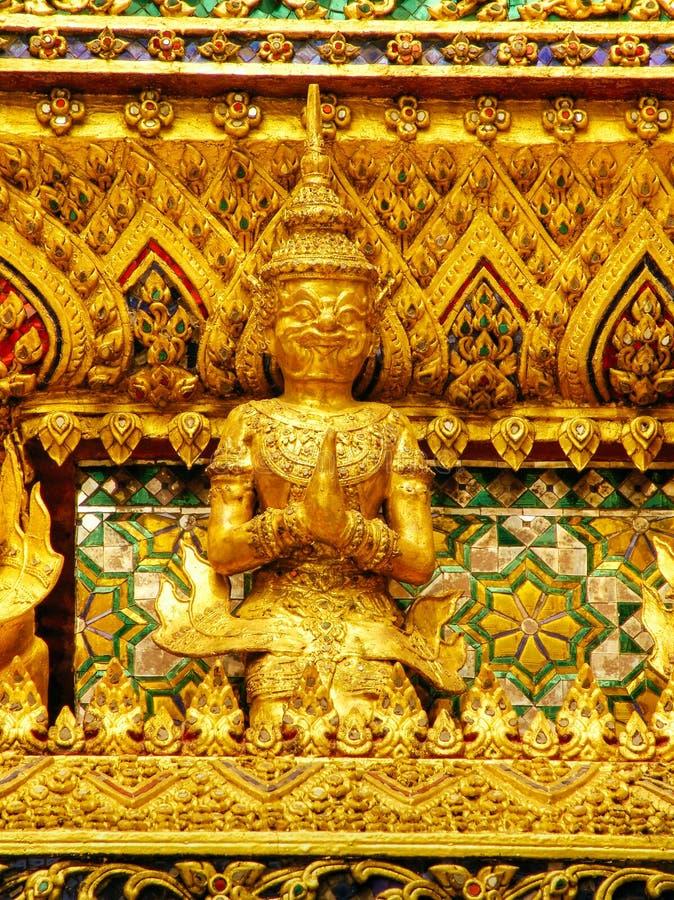 Złociści cyzelowania niebiańscy bóstwa na ścianach królewiątko pałac Bangkok fotografia royalty free