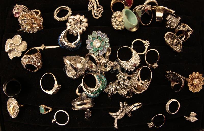 złociści pierścionki i bijoux fotografia stock