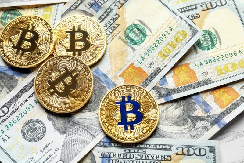 Złoci bitcoins na dolarze fotografia royalty free