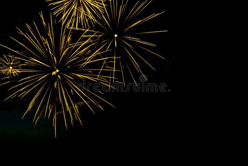 Złoci fajerwerki graniczą na czarnym nieba tle z copyspa obrazy stock