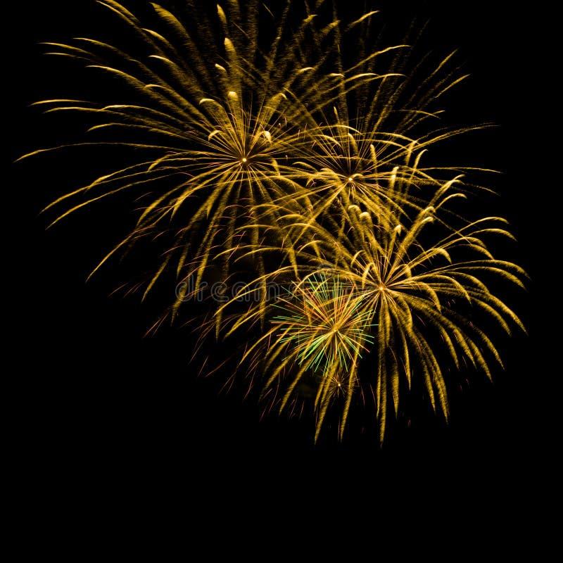 Złoci fajerwerki na czarnym niebie zdjęcie stock