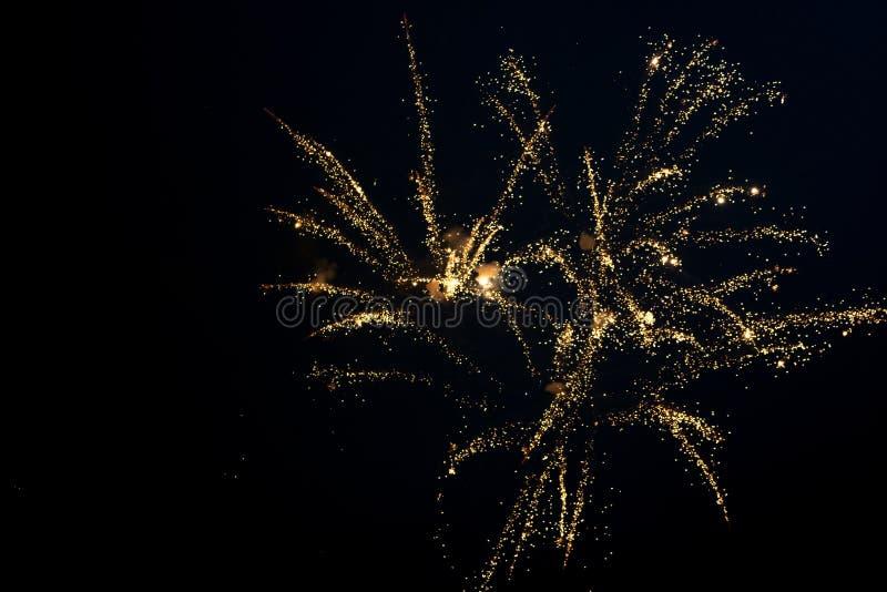 Złoci fajerwerki w niebie fotografia royalty free