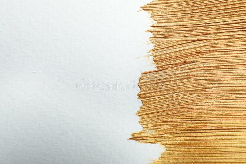 Złoci farby muśnięcia uderzenia na białym tle zdjęcia stock