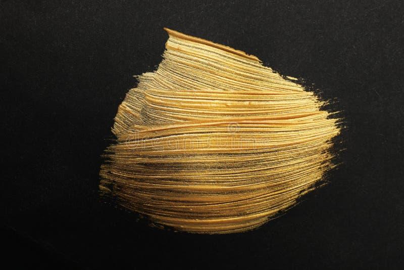 Złoci farby muśnięcia uderzenia na czerni zdjęcie royalty free