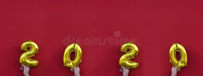 Złoci folia balony Żółte błyszczące liczby, 2020 nowy rok zdjęcie stock
