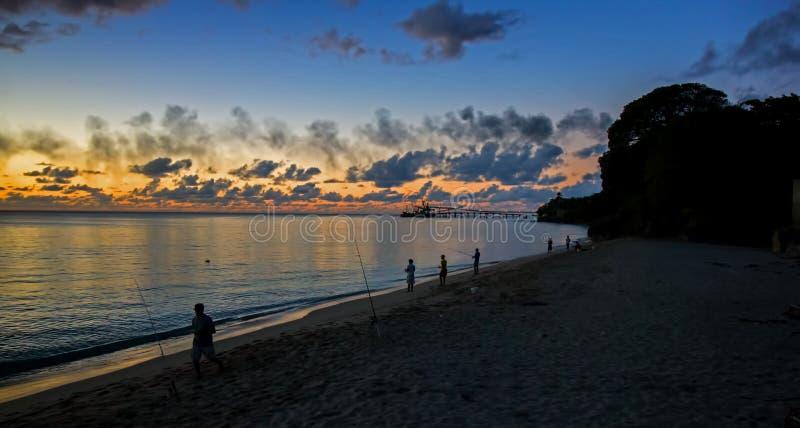 Złoci kolory zmierzch na północno zachodni wybrzeżu Barbados zdjęcia stock