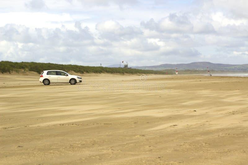 Złoci piaski opustoszała plaża przy Benone w okręgu administracyjnym Londonderry na Północnym wybrzeżu Irlandia obrazy stock