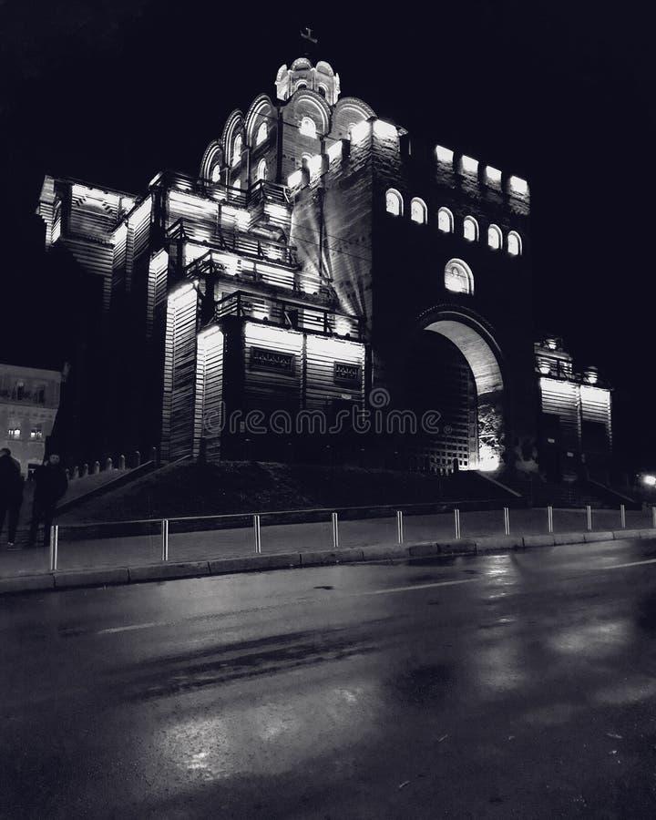 Złoci wrota Kyiv nocą w Kyiv, UKRAINA - nocy fotografia Czarnych & Białych - zdjęcia stock