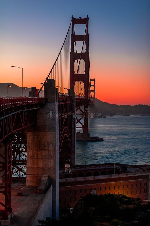 Złoci Wrota most przy półmrokiem obraz royalty free