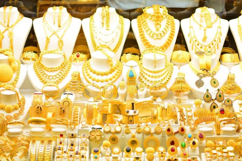 Złocista biżuteria w nadokiennej skrzynce jewelleries sklep zdjęcia stock