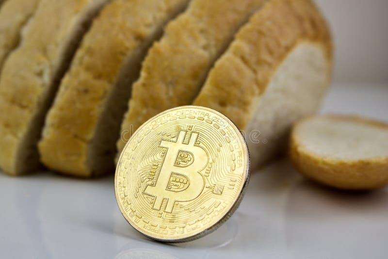 Złocista bitcoin moneta, chleb i obraz royalty free