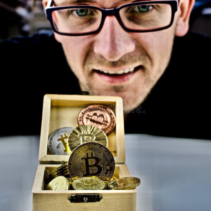 Złocista bitcoin moneta, mężczyzna w szkłach i fotografia royalty free