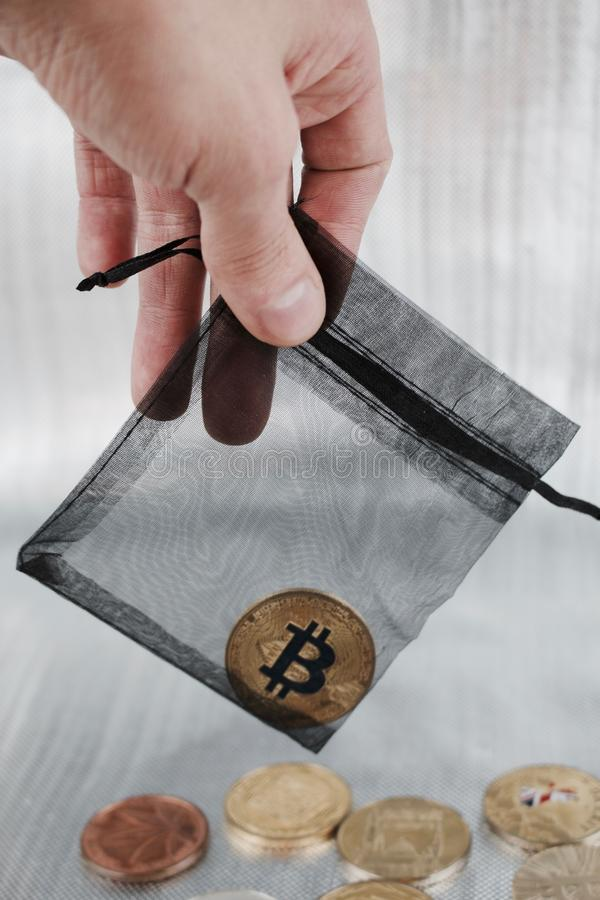 Złocista bitcoin moneta w czarnej torbie fotografia stock
