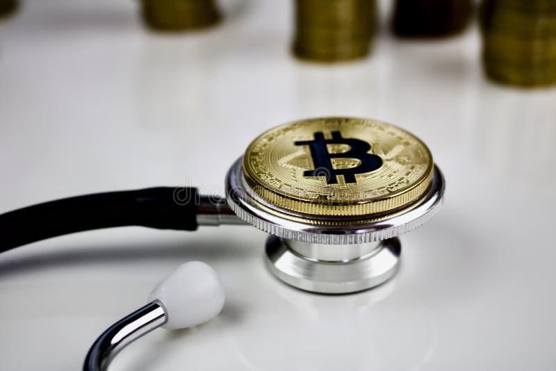 Złocista bitcoin moneta w medycznym pojęciu fotografia royalty free