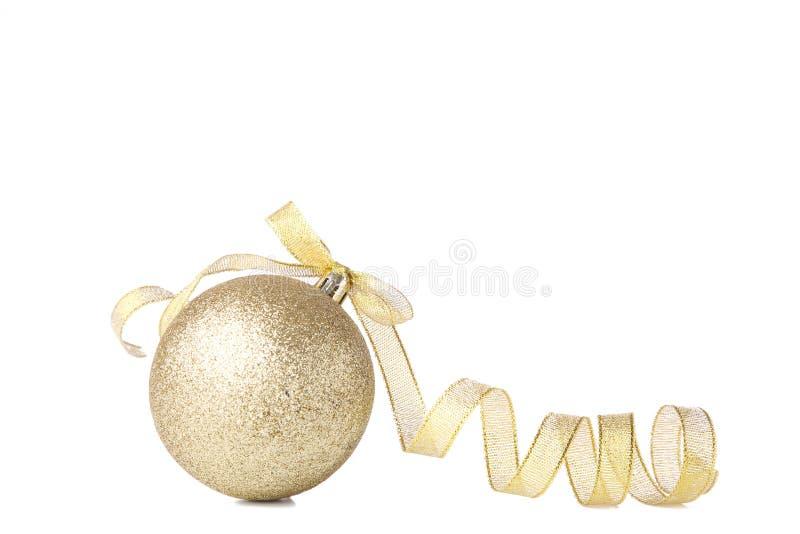 Złocista Bożenarodzeniowa piłka z faborkiem na białym tle zdjęcie stock