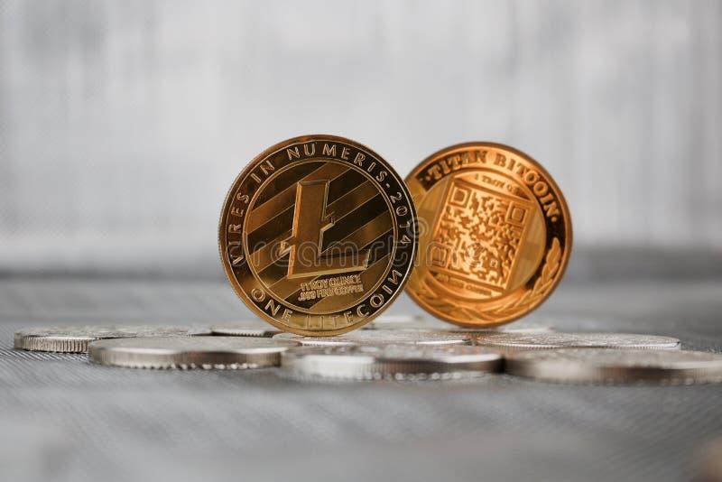 Złocista Litecoin moneta i titan bitcoin obraz stock
