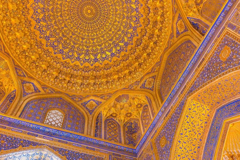 Złocista mozaiki kopuła w Tilya Kori Madrasah, Samarkand, Uzbekista zdjęcie royalty free