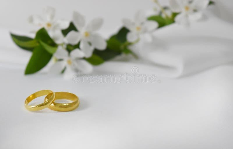 Złocista obrączka ślubna specjalnego dzień W tle jest plama obrazy royalty free
