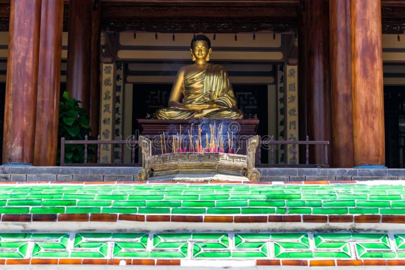 Złocista rzeźba Buddha z dymieniem wtyka w świątyni w pagodzie obraz stock