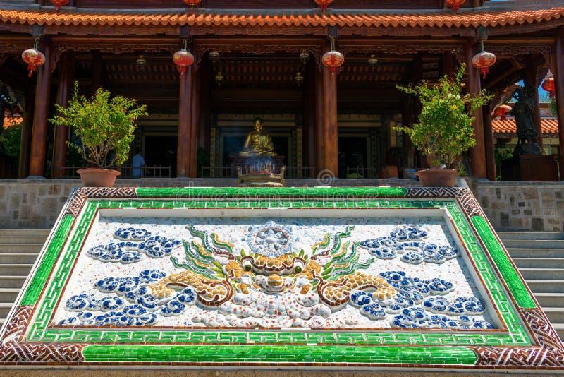 Złocista rzeźba Buddha z kolorową mozaiką w świątyni w pagodzie fotografia stock