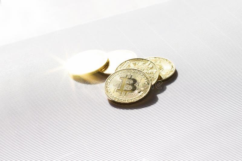 Złociste błyszczące monety z bitcoin symbolem na białym tle Wirtualna Crypto waluta zdjęcia stock