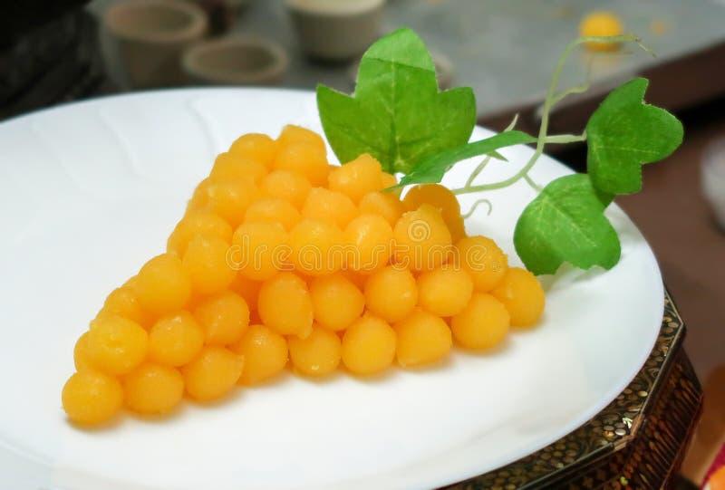 Złociste jajecznych yolks krople wynajdowć winograd obrazy royalty free