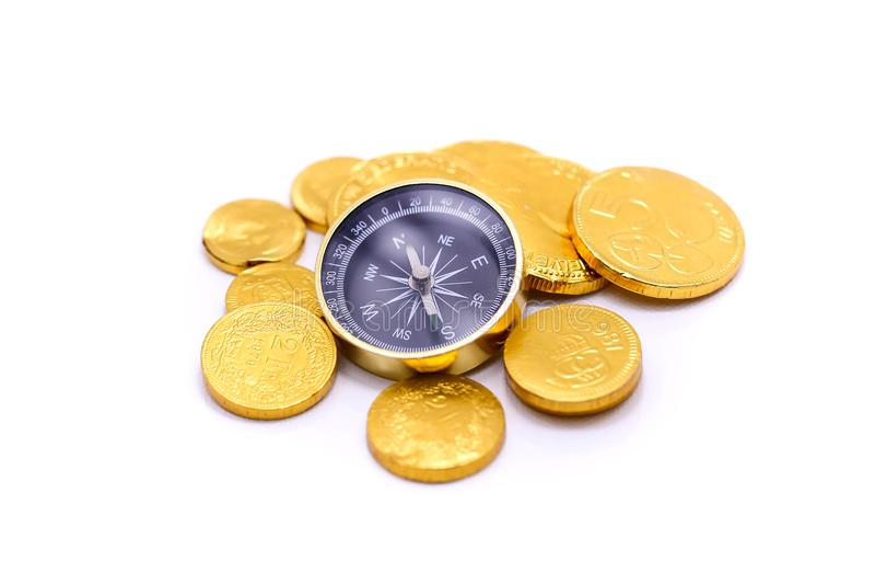 Złociste monety i pojęcie kompasu, biznesu i podróży, zdjęcia royalty free