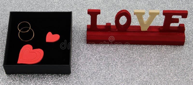 Złociste obrączki ślubne w czarnym pudełku zdjęcia royalty free