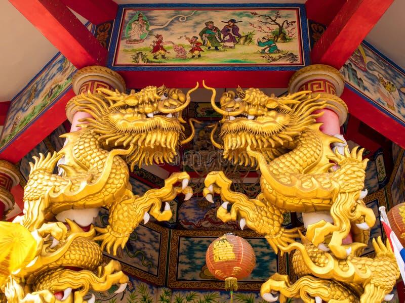 Złociste smok statuy w Chińskich religijnych miejscach wydarzenia obrazy royalty free