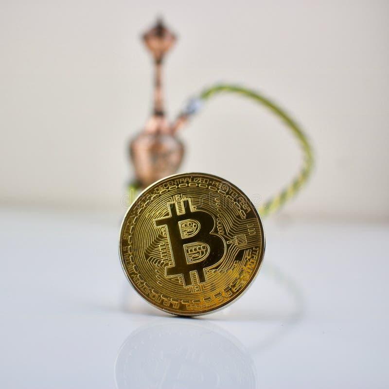 Złocistego bitcoin menniczy i mały sisha zdjęcie royalty free