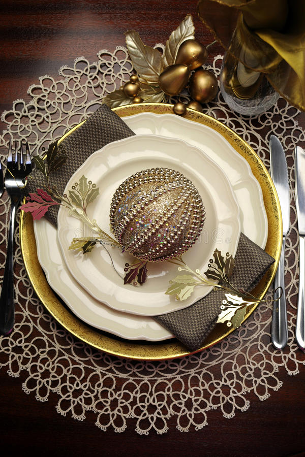 Złocistego kruszcowego tematu obiadowego stołu miejsca Bożenarodzeniowy formalny położenie obraz stock
