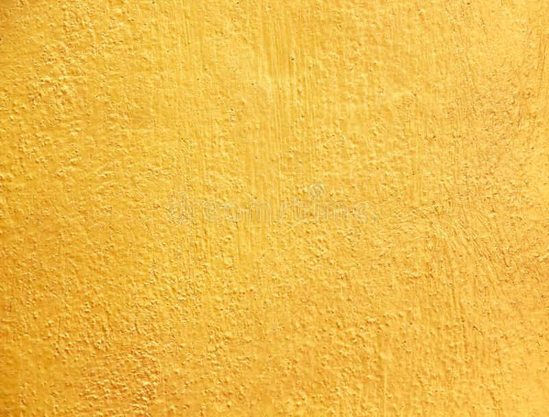 Złocistej betonowej ściany abstrakcjonistycznej starej tekstury szorstcy wzory dla tła obraz royalty free