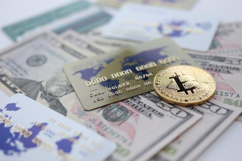 Złocistej monety bitcoin zbliżenia kłamstwo na stole obraz stock
