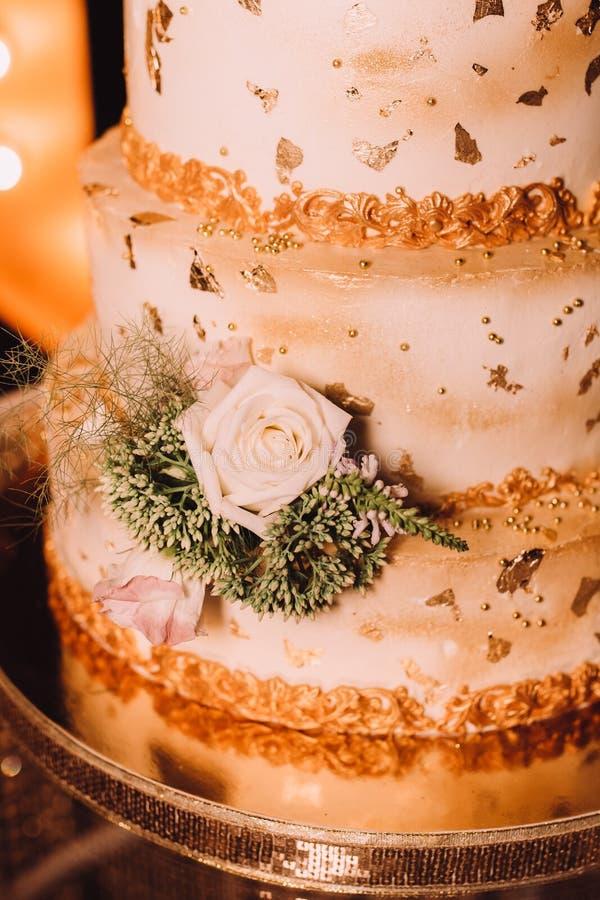 Złocisty ślubny tort zamykający up zdjęcie royalty free