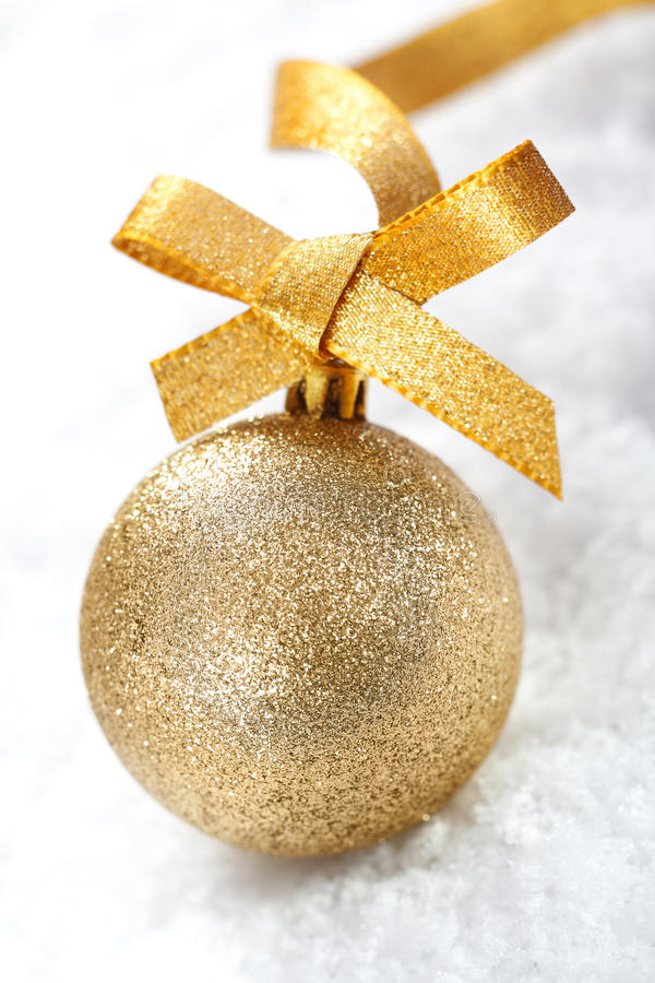 Złocisty błyskotliwości Bożych Narodzeń bauble zdjęcia royalty free