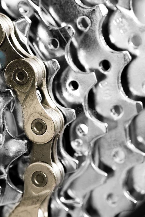 Złocisty bicyklu łańcuch na srebnych przekładniach zdjęcie royalty free