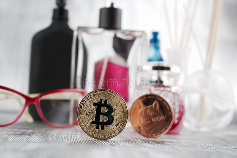 Złocisty bitcoin i mosiądza dogecoin obraz stock